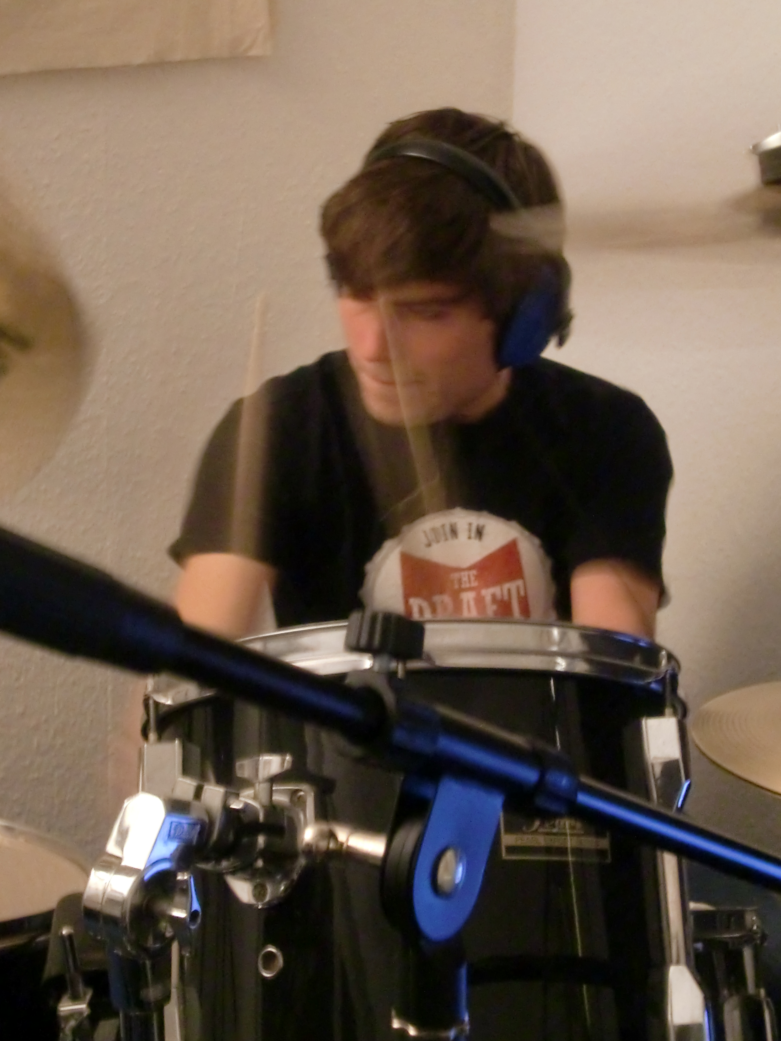 Simon an den Drums